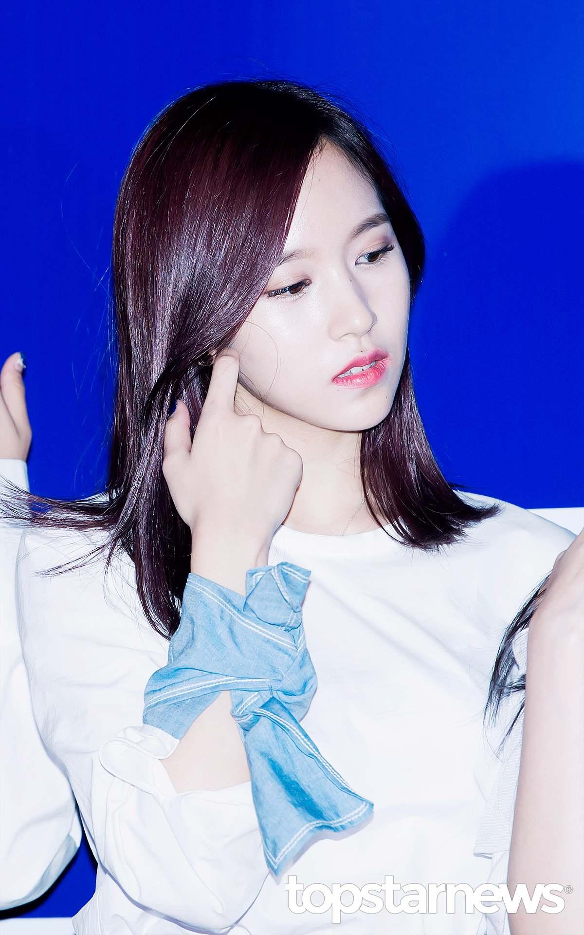Mina因為性格比較安靜優雅,不太愛說話,所以經常會被有些粉絲覺得個人魅力「稍嫌不足 」。但很多ONCE應該跟小編一樣,就是喜歡這樣安靜的Mina吧!