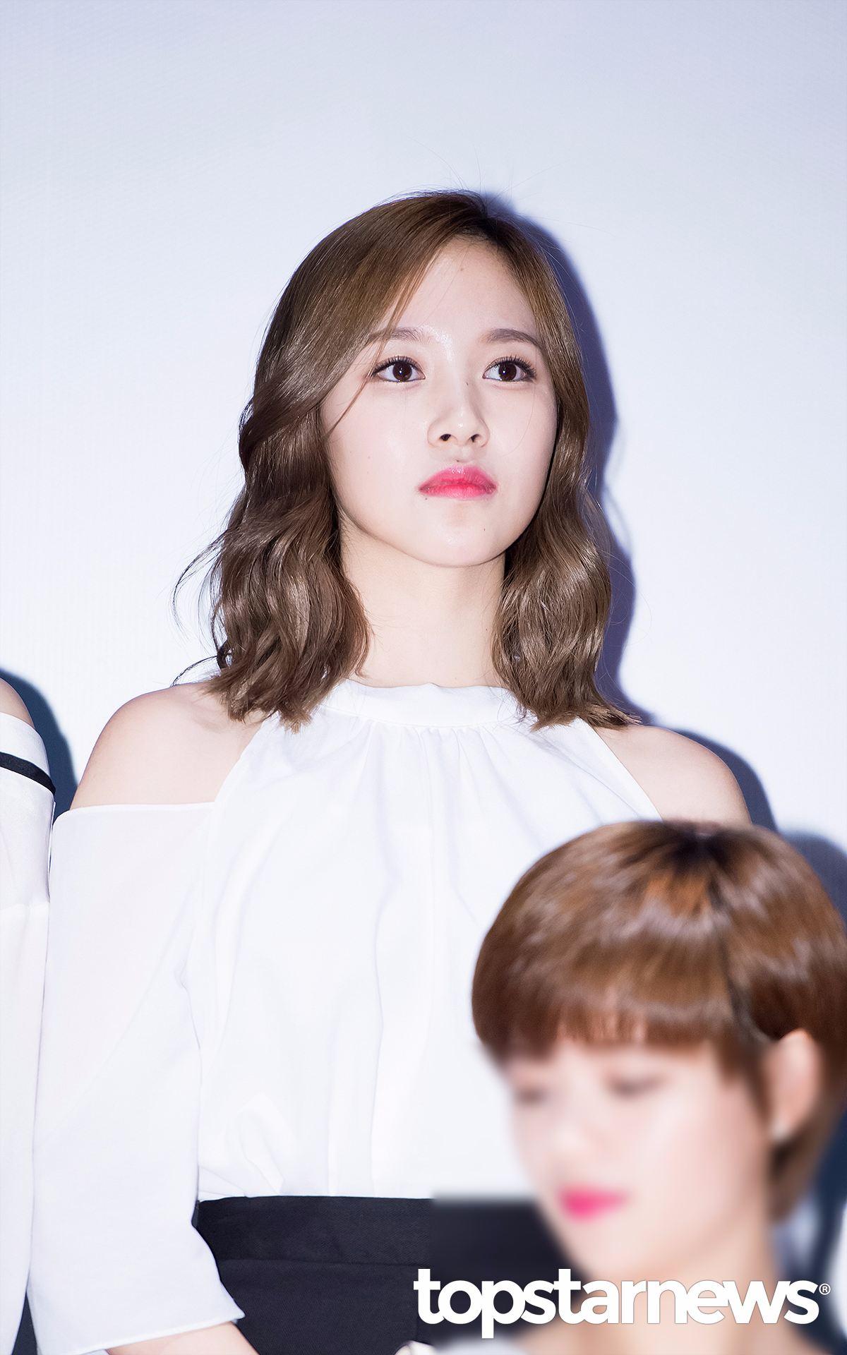 其實Mina也有過捲髮,雖然捲髮也很美,不過小編還是覺得捲髮會有點显老,而且沒有直髮更適合Mina高冷安靜的氣質。