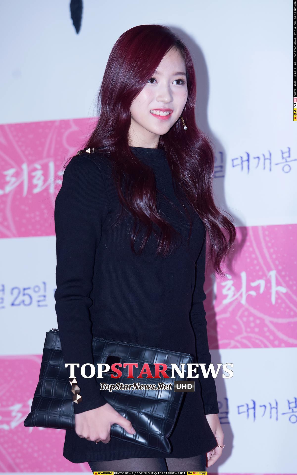 其實Mina剛出道,在第一張專輯的時候還是美人魚捲的長髮,髮色也是非常女人味的酒紅色。