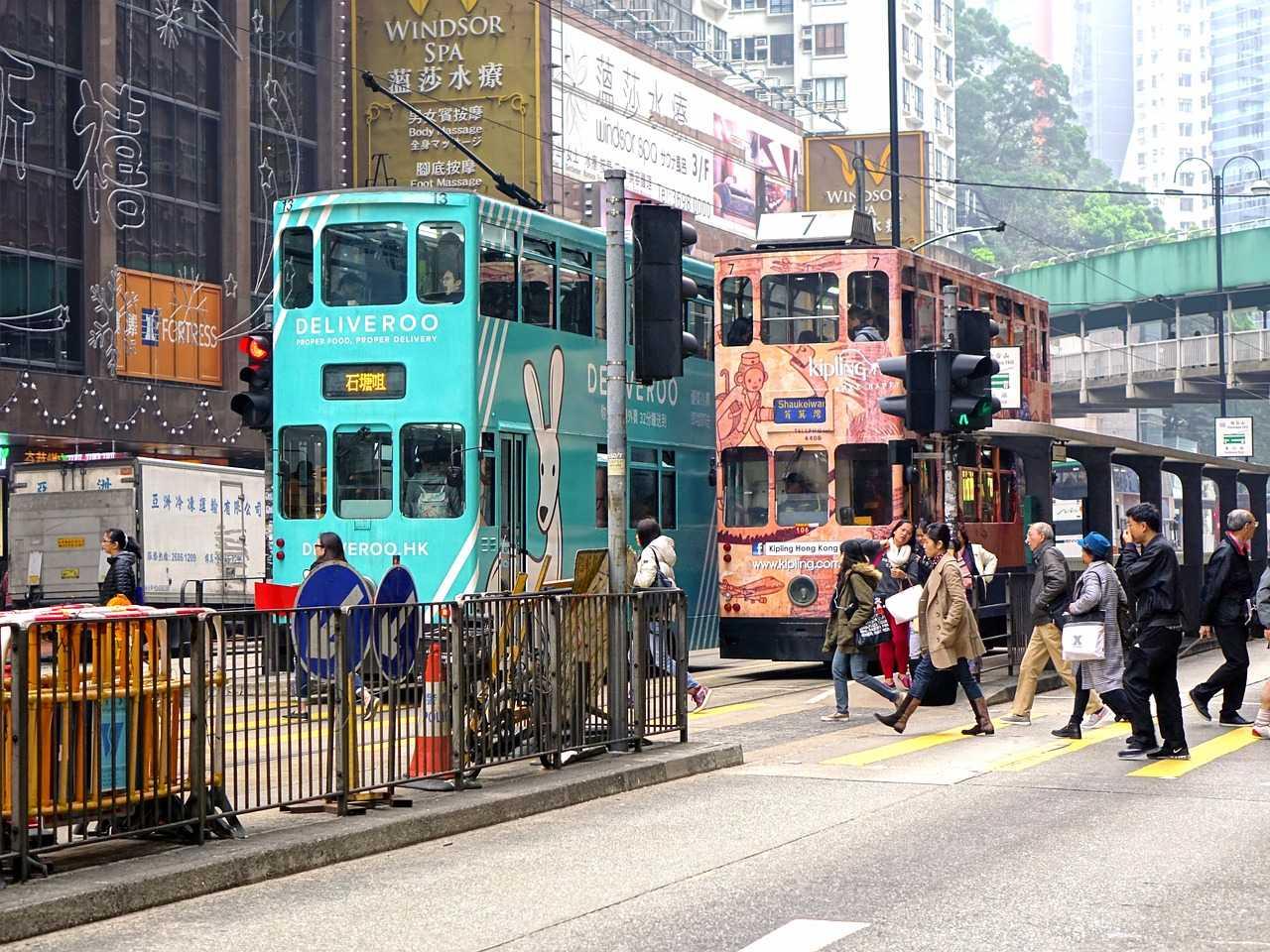 第3自卑的是「香港」 →完全滿意3%+很滿意35% →完全不滿意1%+不滿意15%