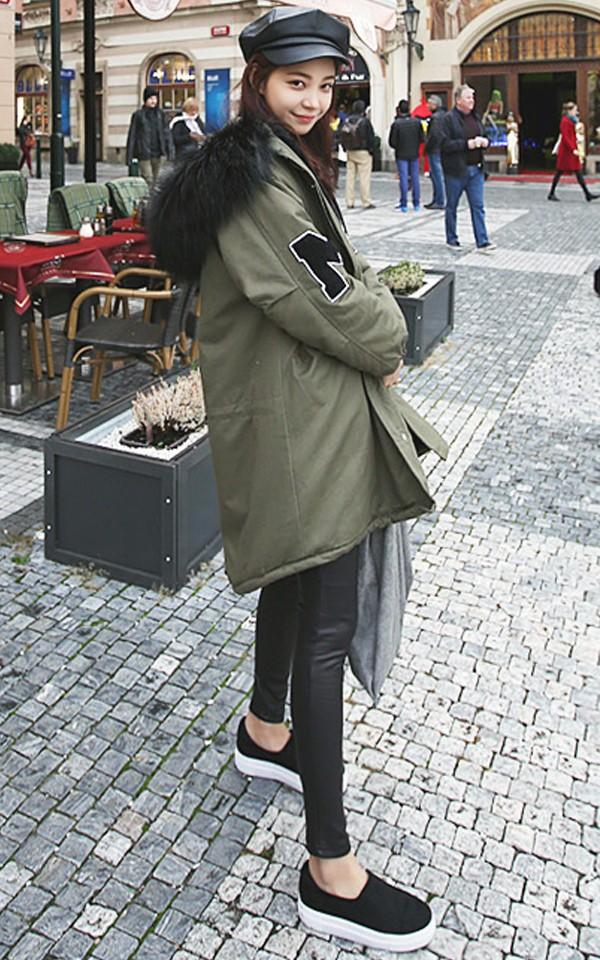 ▼ 棉服+緊身褲 秋冬最實用的單品絕對有棉服的身影XD.. 各種款式的寬大棉服可以讓你溫暖過冬(嗨森) 但..搭配一條緊身褲就可以讓你在厚重的穿搭中 凸顯出帥氣的味道^^ 毛毛領也很貴氣亮眼哦~