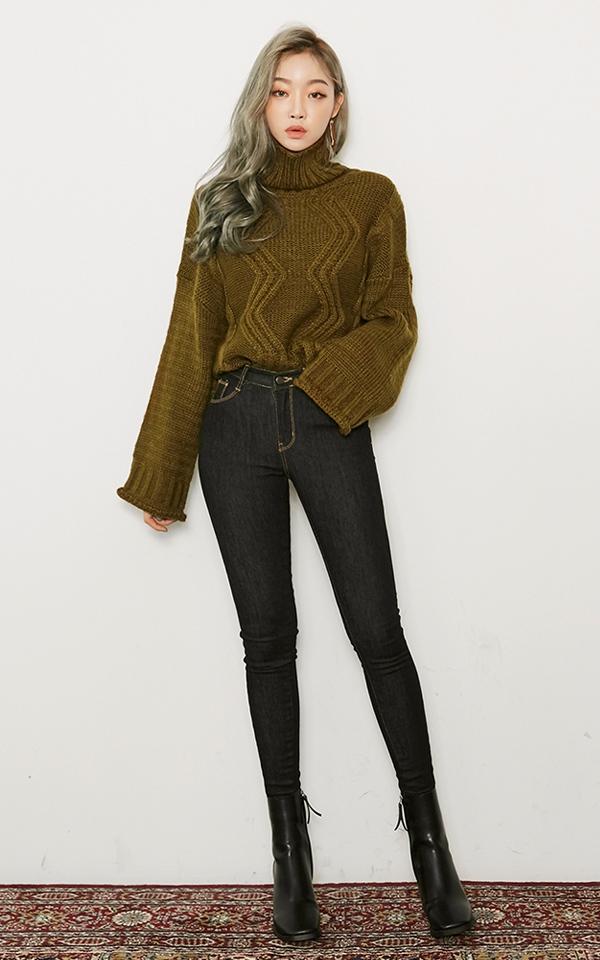 ▼ 高領毛衣+緊身褲 高領毛衣是今冬最時尚的單品之一,款式簡約大方, 高領的設計也能保暖的同時顯得臉部比較嬌小。 高領毛衣多寬鬆,下半身搭配緊身褲 就可以把「上鬆下緊」的顯瘦感詮釋的剛剛好哦^^