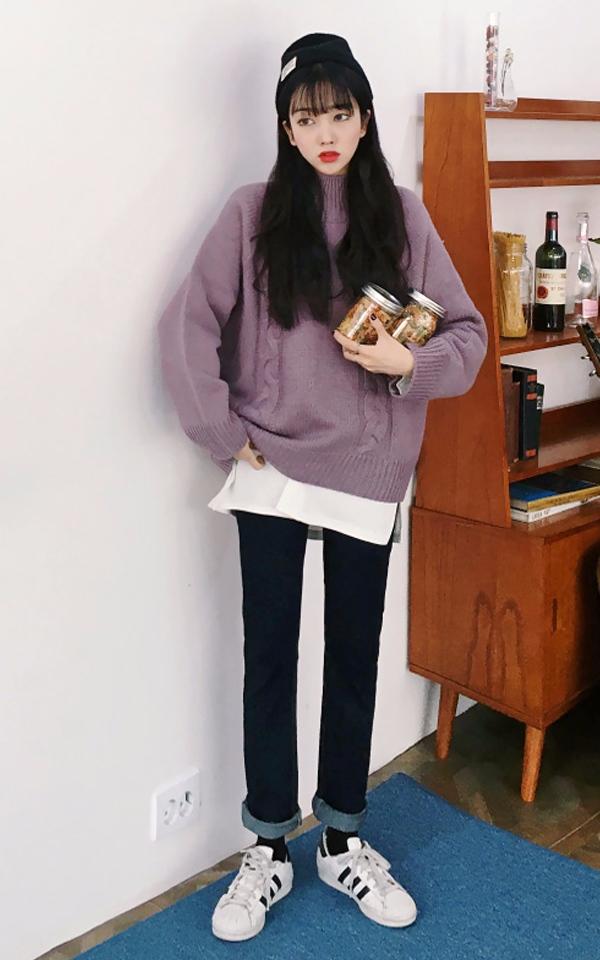摩登少女為大家整理了一些心機的細節整理,會讓你看起來更加精緻。 ①:襯衫袖口挽起在毛衣袖口外,撞色讓視覺感更強; ②:襯衫的下擺露在毛衣下擺外,荷葉的律動感,讓上半身更加輕盈;(☑示範裝XDD)  ③:襯衫的領子露在毛衣領外,精緻的領口打造復古的優雅。