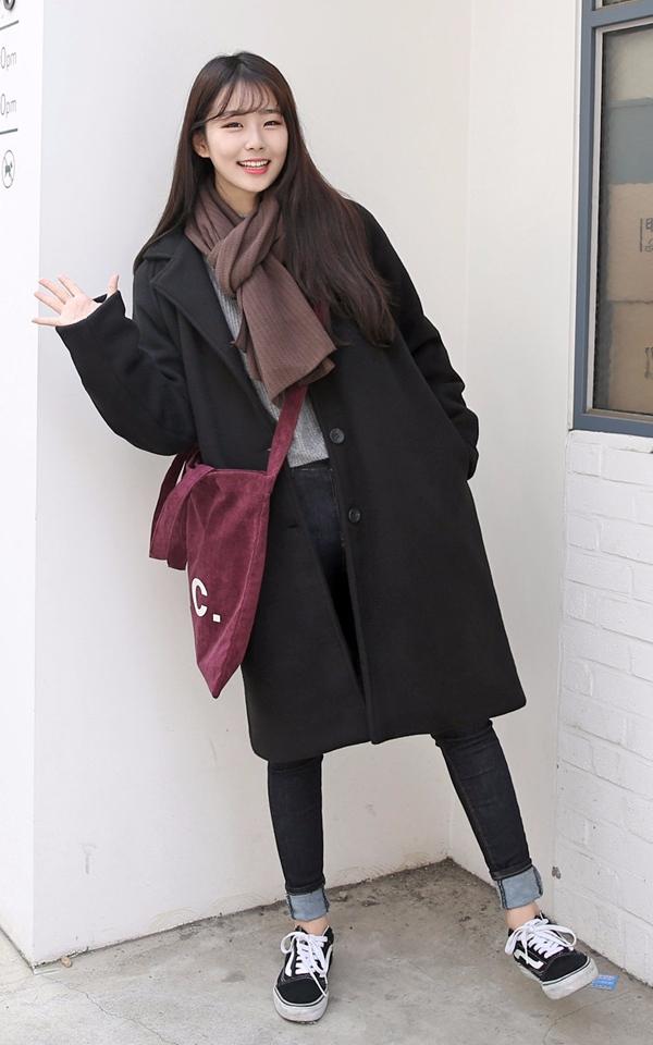 ▼ 長大衣+緊身褲 冬季最流行的要屬這種走路帶風的呢絨大衣了耶, 寬鬆的呢絨大衣搭配緊身褲絕對是氣場裝扮的絕佳搭配哦^ 此外直筒型的呢絨大衣修身功力也是一級棒呢..☺