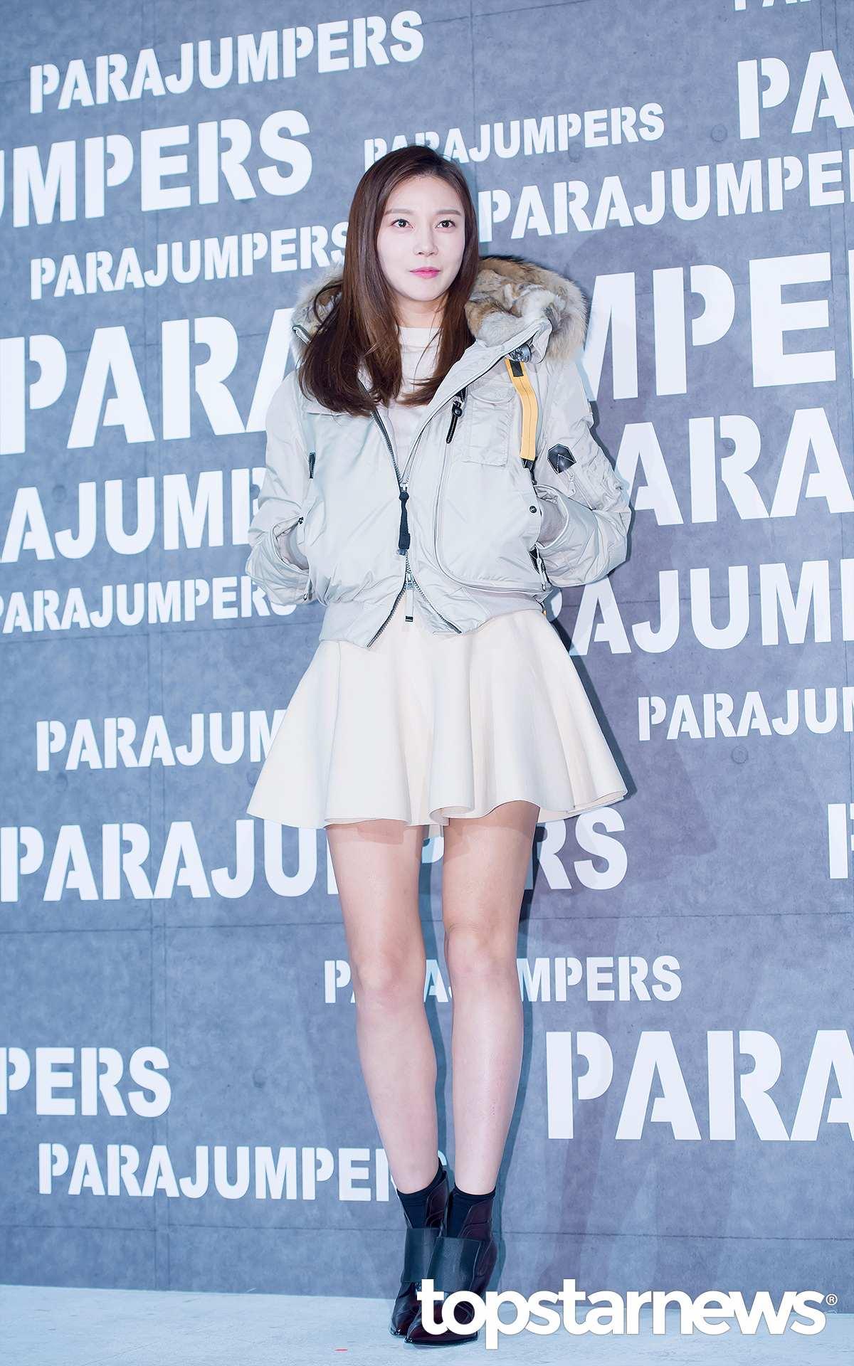 車藝蓮也是羽絨大衣+短裙的搭配..但是選擇的是短款,加上與百褶裙顏色相似,營造出一種活潑可愛的魅力^^