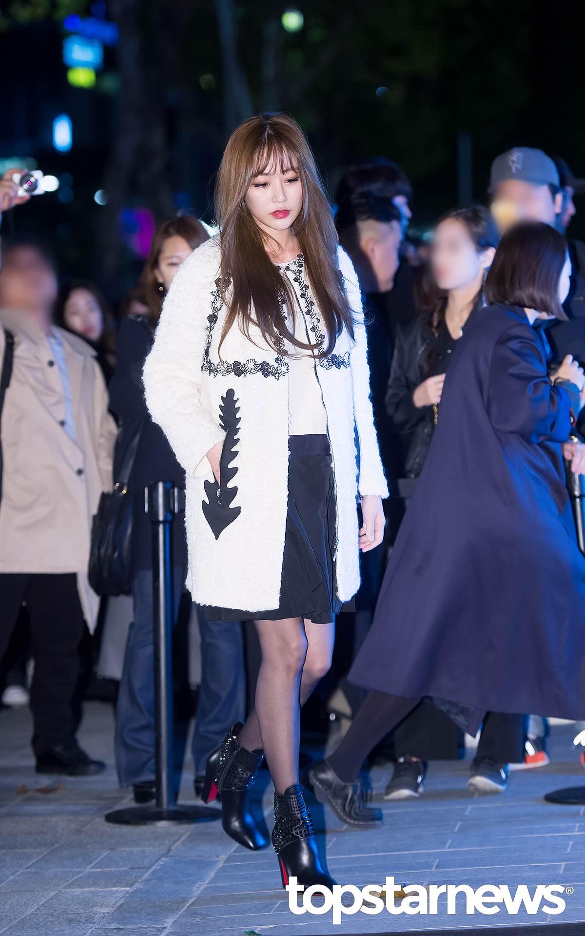 演員金孝珍這件的白色刺繡外套,搭配短裙和短靴,給平時就很有女人味的她增添了一種正式感!其實這樣的穿搭是非常適合職場女性的哦!