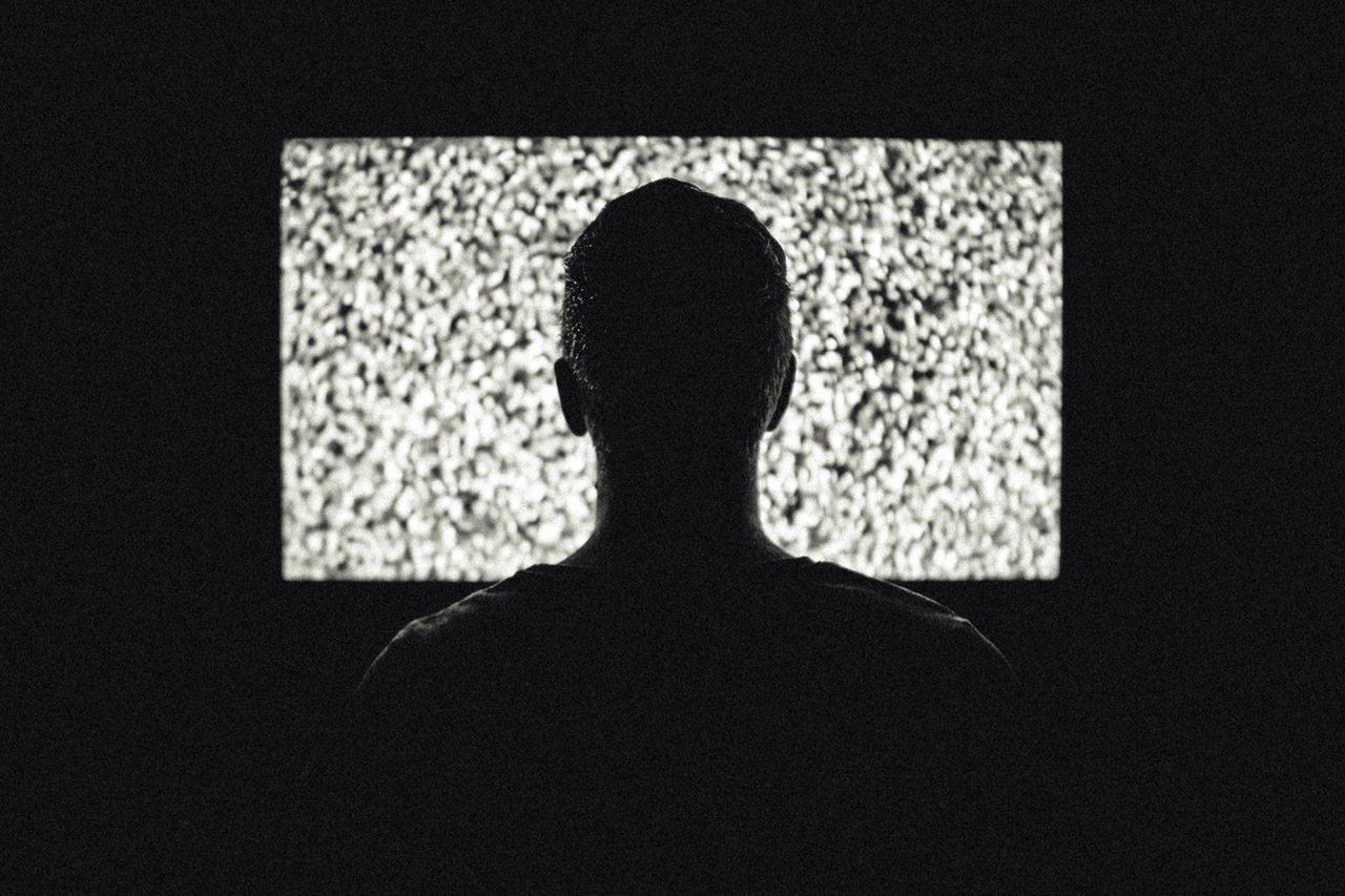 2.睡前看電視 睡前半小時~1小時別再看了! 現在有很多人喜歡在房間放電視,受到電視光線的刺激,身體會自動保持清醒,這樣也不會睡得好