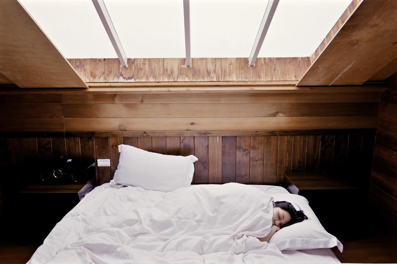 7.睡太久 平常睡7~8小時,假日爆睡11小時以上補眠...你是這樣嗎?這種補眠方式只是在騙身體而已,會越睡越累...