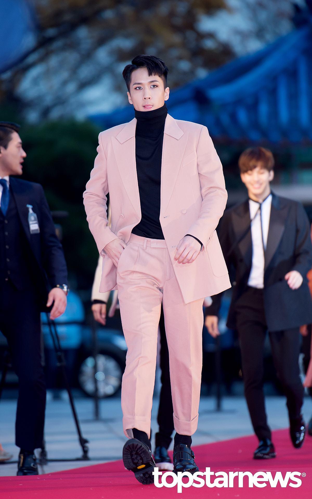 VIXX的Ravi才是符合當天氣溫的穿法啊!最近韓國傍晚都是接近3、4度的氣溫,難怪昨晚出席典禮的男偶像們每個都是大衣上身啊!