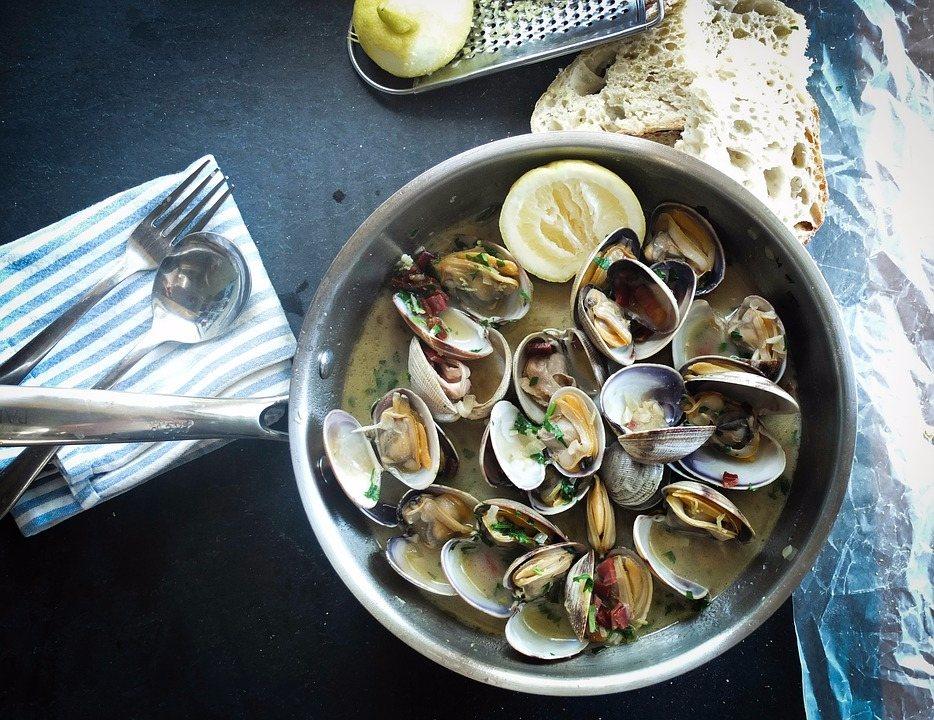 ➤海鮮 像是蛤蠣或蝦貝類等海鮮食物,都含有豐富的鋅,是製造荷爾蒙的重要元素,比起堅果類來說更不容易發胖,但要注意一次也別吃太多喔!