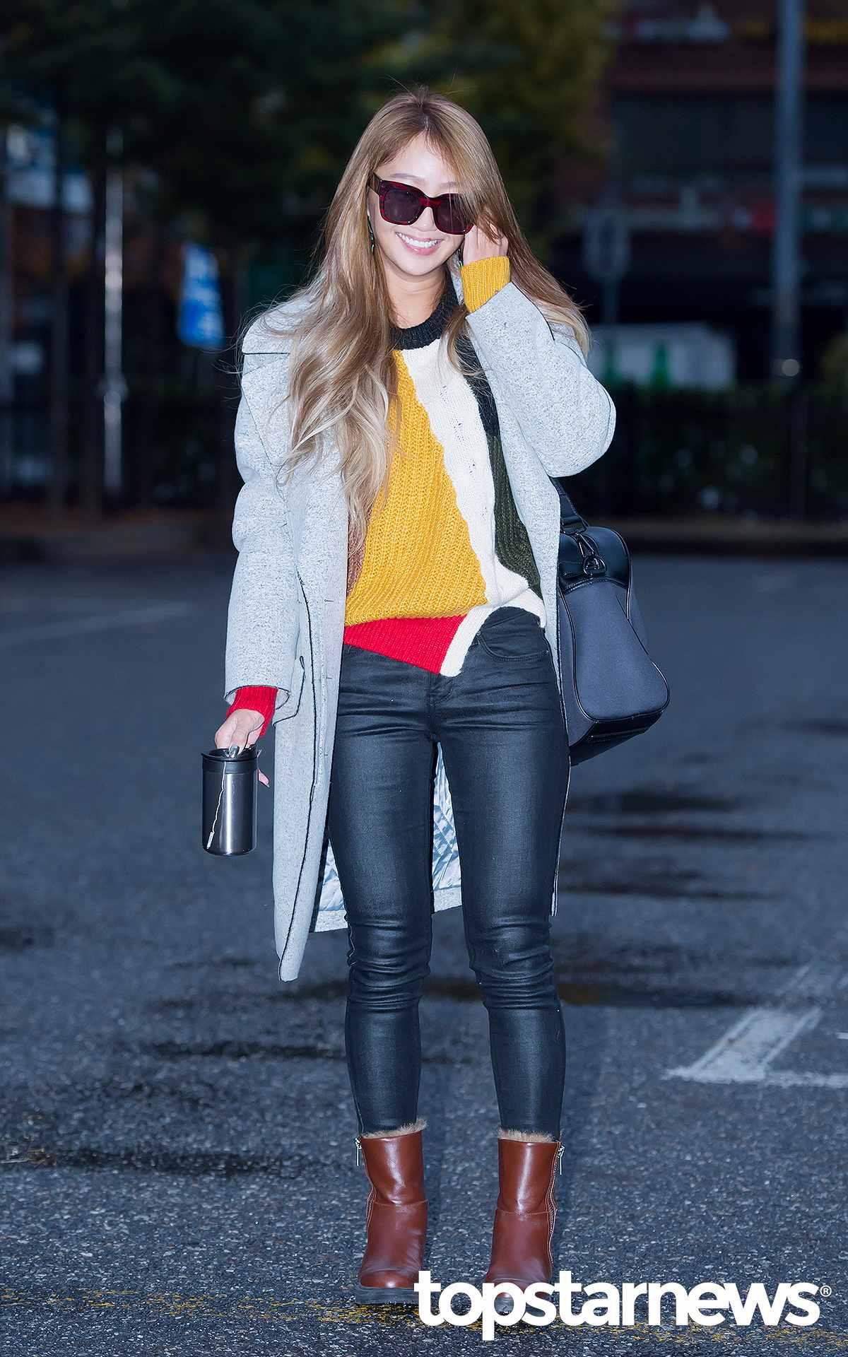 1.基本顏色款 說到冬天大衣,很多人一定會選擇安全的顏色,孝琳的灰色大衣就是很百搭的基本色,即使配上亮色黃衣也非常和諧。
