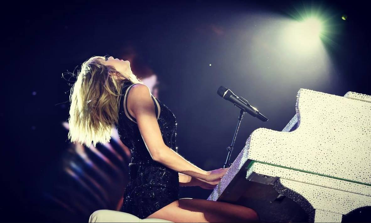 #1 Taylor Swift 170百萬美元 (=1.7億美元 ≒ 54.4億臺幣以上) 26歲 拿下第一名的就是我們美國小天后泰勒絲!雖然感情生活被人放大檢視,甚至引起部分網友反感,但是每次出輯都是橫掃排行榜,她的《1989》世界巡迴演唱會更是賺進大把鈔票,同時健怡可樂、Apple等公司也相中她的高人氣找她代言。