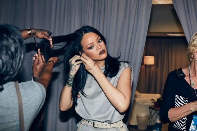 #5 Rihanna 75百萬美元 28歲 蕾哈娜2016年推出的《Work》,並於隔天發布第8張專輯《ANTI(反了)》。《Work》拿下全美告示牌單曲榜的冠軍後,正式超越麥可傑克森,以14首單曲記錄成為Billboard史上第4多,僅次於貓王17首、瑪麗亞凱莉的18首和披頭四的20首。Rihanna,同時與Dior、Puma、三星等品牌都有合作。
