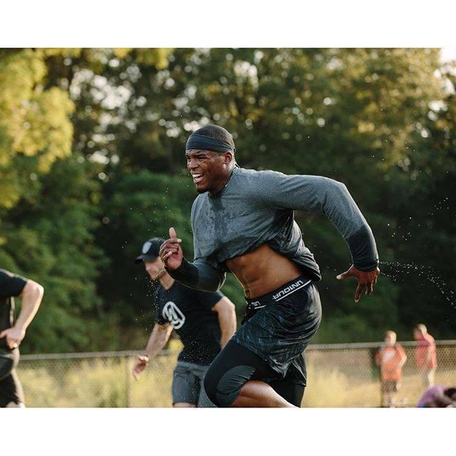 #10 Cam Newton 53百萬美元 27歲 今年以壓倒性票數成為本季國家美式足球聯盟(National Football League)最有價值球員的Newton,簽下了5年103.8百萬美金的合約,更有無數商品代言。他同時也也是運動品牌Under Armour旗下最高價的代言人。