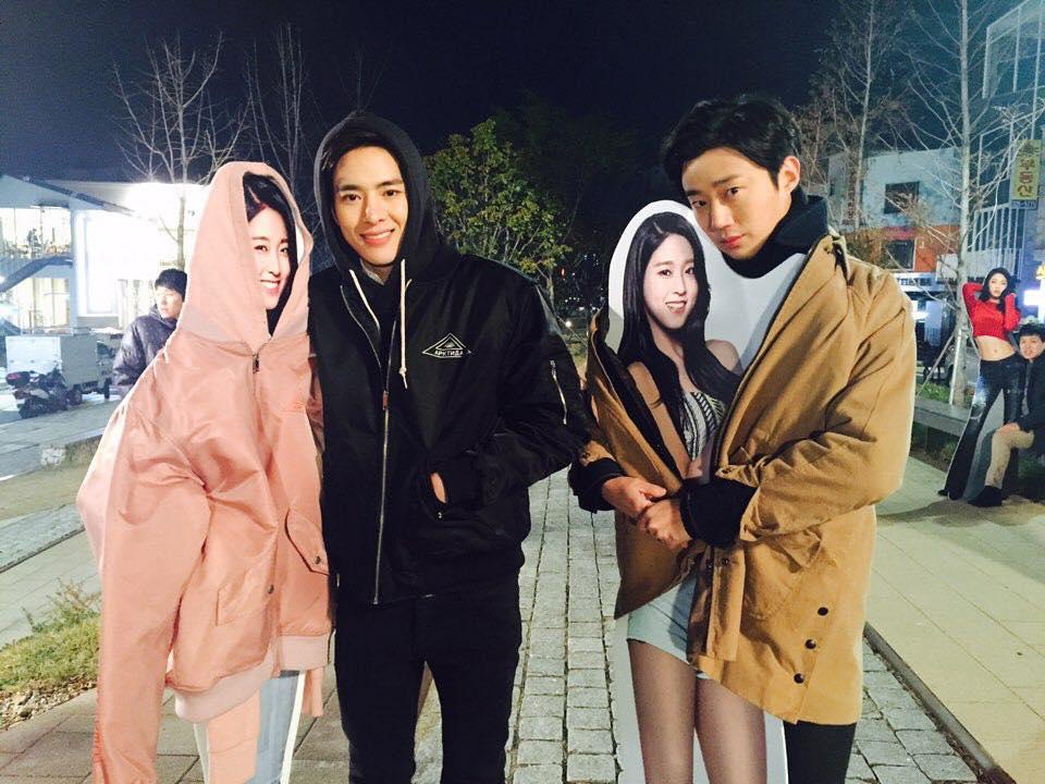 還有AOA成員雪炫,曾代言的韓國電信公司, 曼妙的身材曲線的人形立板甚至還 發生被偷事件而一度成為傳奇。