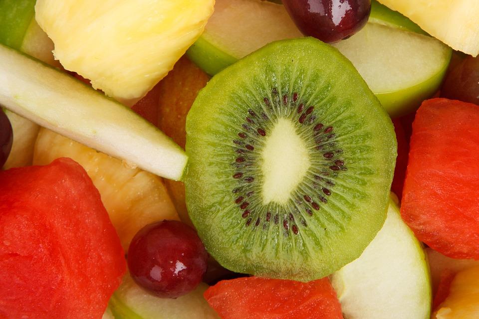 這個綠色長毛的小傢伙會是你愛吃的水果之一嗎? 酸甜可口的奇異果不只好吃,別看它這麼小小一顆,富含的營養價值可是很驚人。維生素A、C、E和膳食纖維,不只幫助改善便秘,也是抗老化、養顏美容的聖品喔!