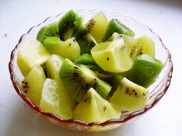 好啦~說回正題,是金奇異果和綠奇異果2種! 想要知道金奇異果和綠奇異果不同的差異,我們可以從它們含有的營養素來決定,吃什麼對於我們想改善的部分比較有幫助。