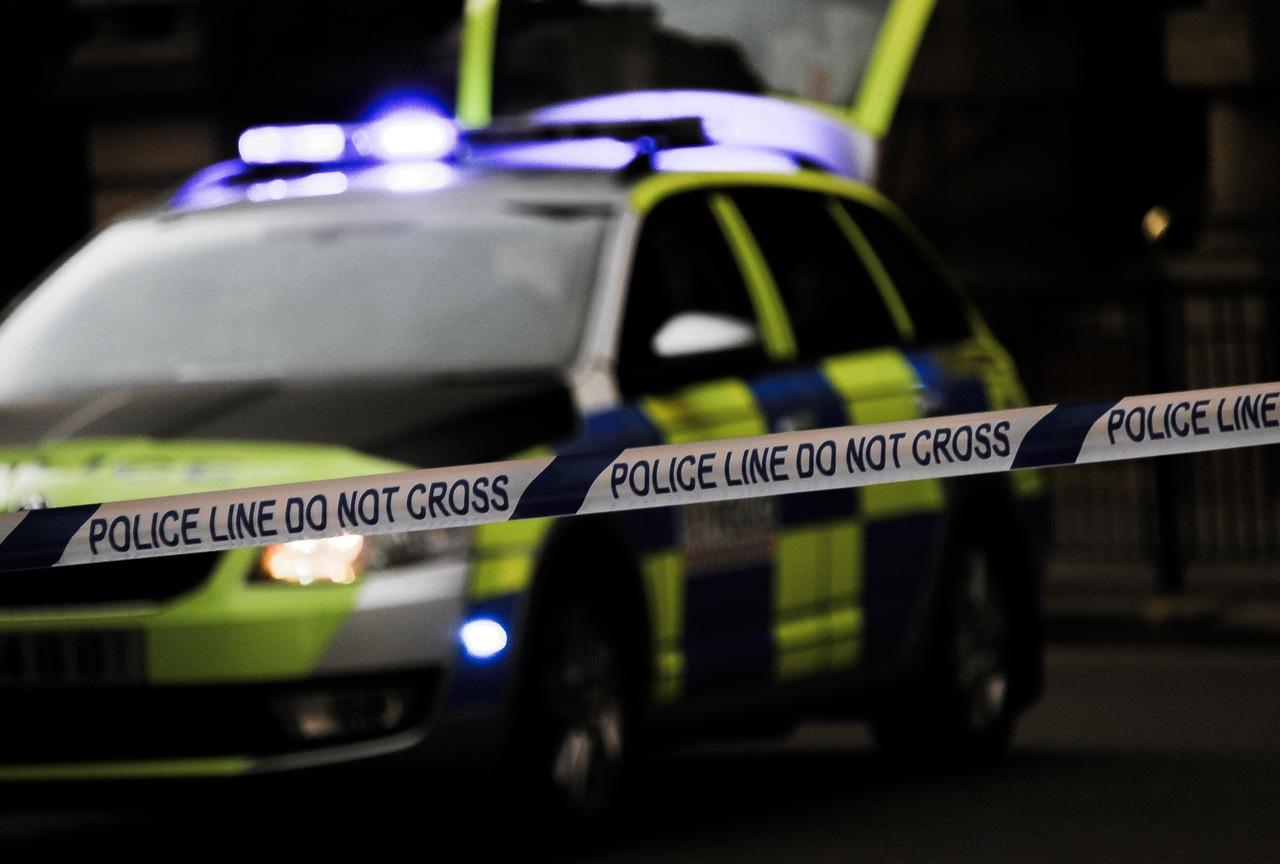 後來警方趕到,他才沒被吊死 小偷最後被帶回警局拘留...