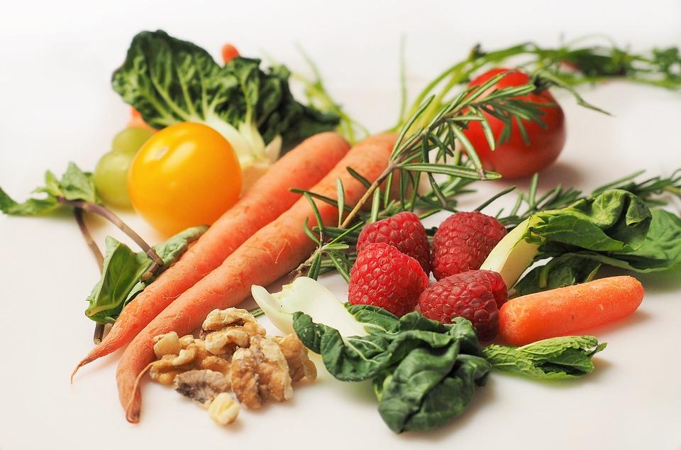 ☞玉米(富含膳食纖維,還含有人體必需的鈣、磷、鎂、鐵、硒等礦物質,以及維生素A和B族維生素) ☞空心菜(含有煙酸、維生素C等,有助於降低甘油三酯;富含膳食纖維,可以促進腸道的蠕動,預防便秘) ☞菠蘿(富含膳食纖維;含有天然的菠蘿酵素,可以分解蛋白質,讓身體吸收更完全;幾乎含有所有重要的維生素和16種天然礦物質)