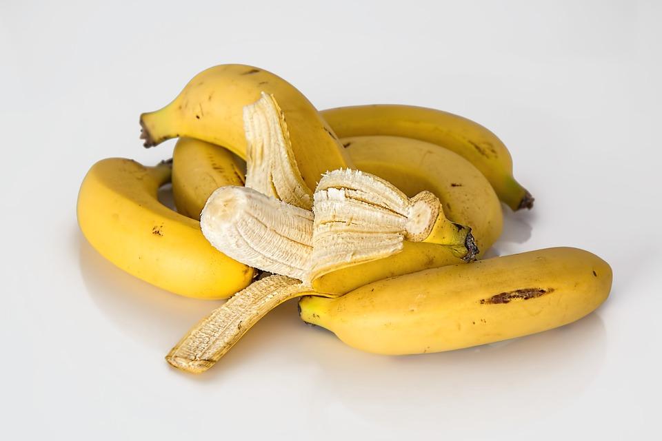 大部分的蔬菜、水果、薯類和豆類都是高鉀低鈉食物。 ☞香蕉(富含鉀和鎂,还有維生素A、維生素B1、維生素B2和維生素C等多種營養素) ☞馬鈴薯(含鉀量比香蕉還要高,而且馬鈴薯还可以作為主食,對便秘有益)