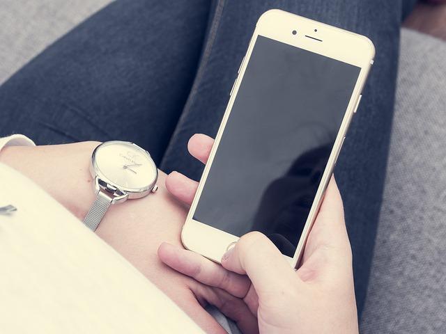 最近不少人傳出iPhone 6及iPhone 6s會在電力還有50、60%的情況下自動關機  如果不充電就無法開機!