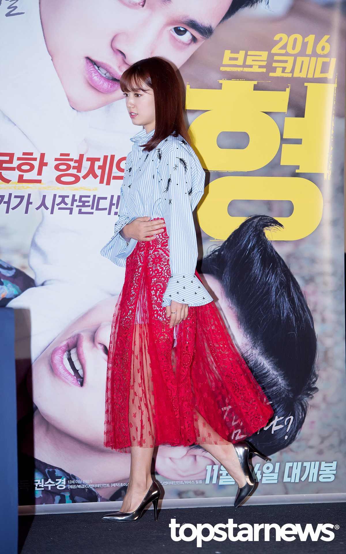 還記得朴信惠在之前出席電影《哥哥》 媒體試映會時身穿的那件噴血的蕾絲透視裝嗎?