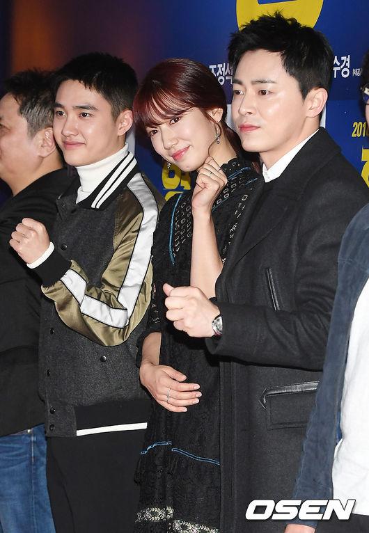 信惠成為焦點的這件禮服則是在 23日舉行的電影《哥哥》的VIP試映會上。