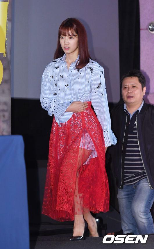 雖然很性感,但信惠的男朋友襯衫+透視裝, 不管是從搭配還是顏色上, 都讓很多網友大呼「時尚真的很難懂 」!