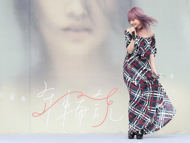 Top 7. 楊丞琳-年輪說  這張專輯正好是她第十張專輯,她也為自己做一個十年回顧  還請來青峰、李榮浩等音樂人來合作  完全可以看到她從少女變成熟了啊(感慨)