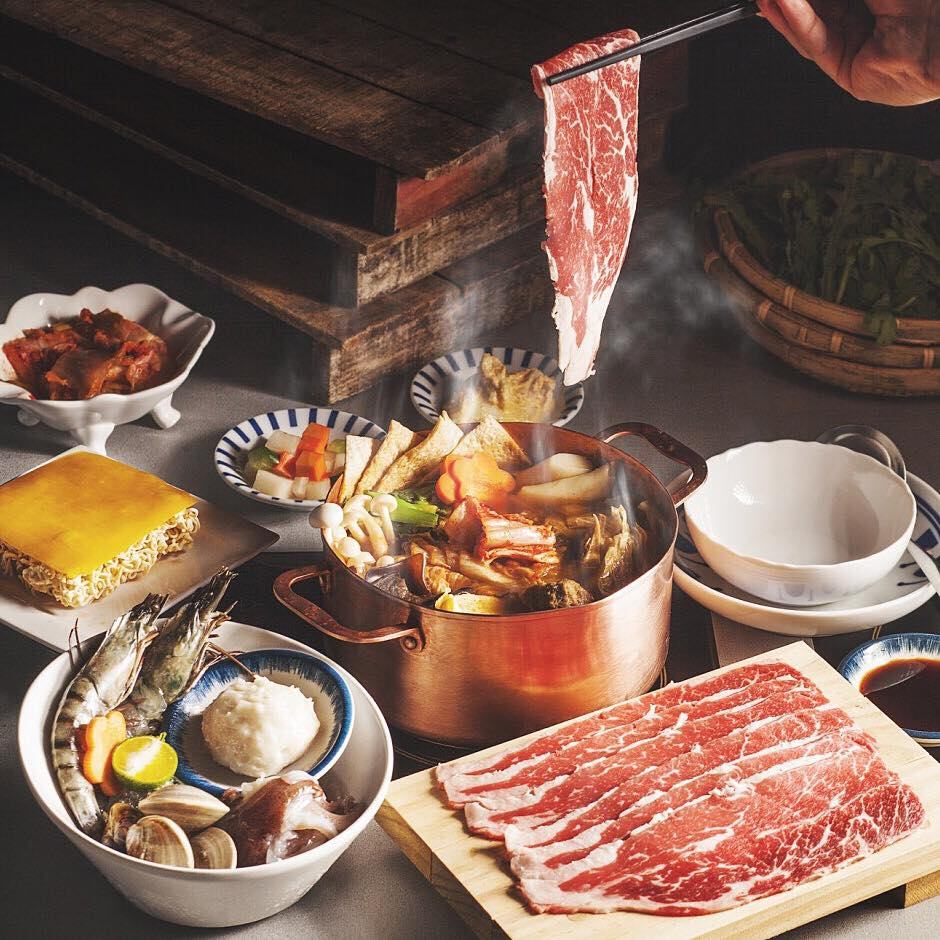 ➤ 菜煮完再煮肉 以先吃菜最後吃肉的順序進食,熱量低的青菜先墊胃再吃肉類或海鮮,也能避免青菜吸附湯中肉類多餘的油脂。