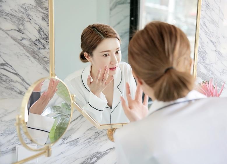 #沒做妝前保養 化妝前最重要的就是基礎保養! 如果沒做事前保養,不管化妝品多貴多好用都是沒有成效的 在臉部清潔完後,化妝水、精華液、乳液可是不能缺少的 做好保養,肌膚水嫩透亮,不僅肌膚更明亮、貼妝、也不易脫妝!