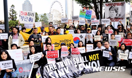 除了國內民眾連續數周的抗議行動(最近有去韓國的人可能要考慮避開光化門附近喔!) 海外韓國僑胞也都發起行動,反對朴氏政府執政。