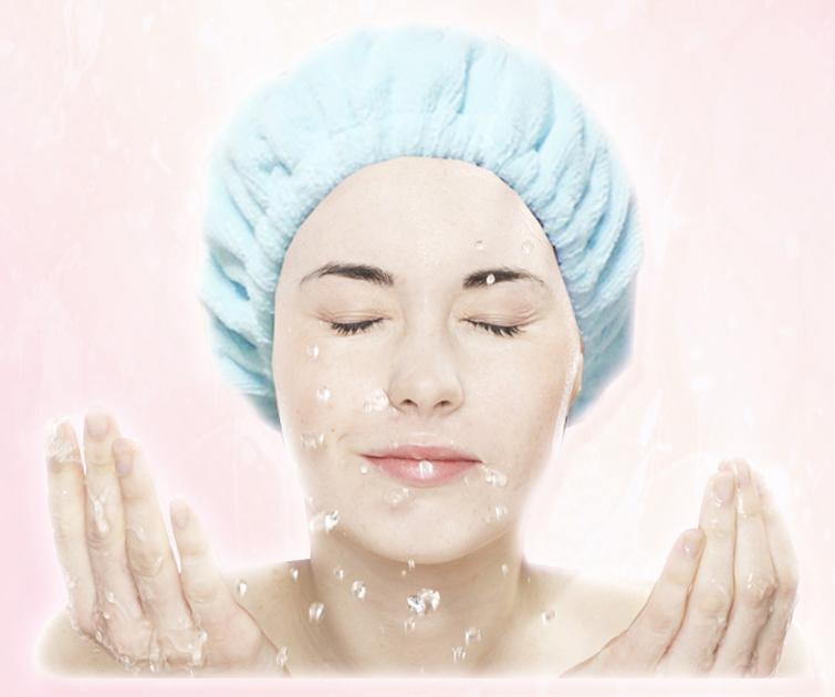 #1、 認真清潔令肌膚變得濕潤、細膩 清潔是防止皺紋產生的重中之重!因為外部環境惡劣,很多廢氣和塵埃很容易附著在肌膚上,會讓肌膚失去原有的彈性,容易滋長皺紋。所以一定要注意清潔,選用適合自己膚質的清潔產品!