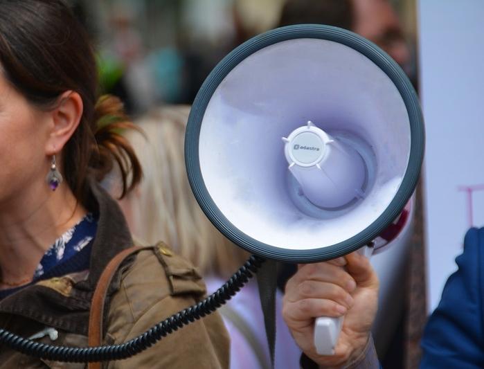 為了抗議法案,除了反對黨的不認同、聯合國兒童基金會發聲擔憂、民眾也發動抗議。