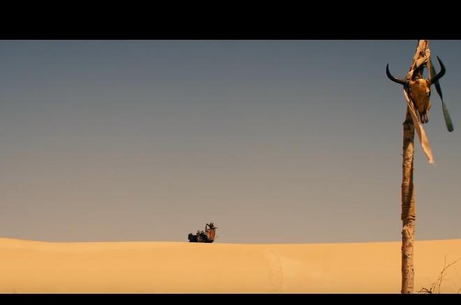 讓我們先來看幾張電影劇照,看大家有沒有想起什麼熟悉感。 場景是在荒漠中