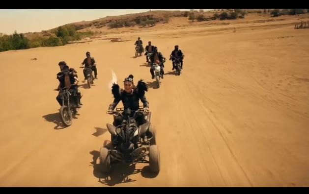 出現的是身著勁裝、駕著越野車在荒漠中穿梭的 (經紀人很抱歉打出這麼老派的描述...但我真的不知道該怎麼形容他們...)
