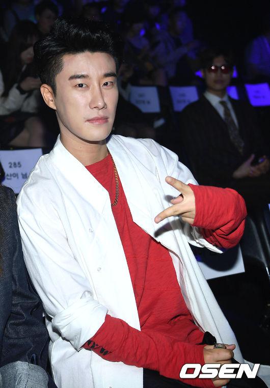 大家認識這位韓國饒舌歌手San E嗎? 2010年出道的他,一開始為JYP旗下的歌手,後來San E希望能成就自己個人的風格,JYP讓他無條件離開公司…