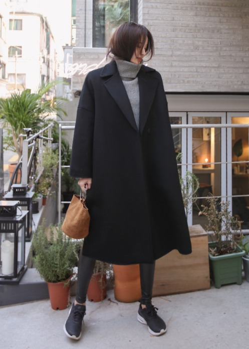 ▶ 深色款 黑色顯瘦絕對是真的,摩登少女建議如果你已經是微胖身材的女孩,在購買大衣時不妨可以選擇暗色款式,才不會有整個人很魁武的錯覺。