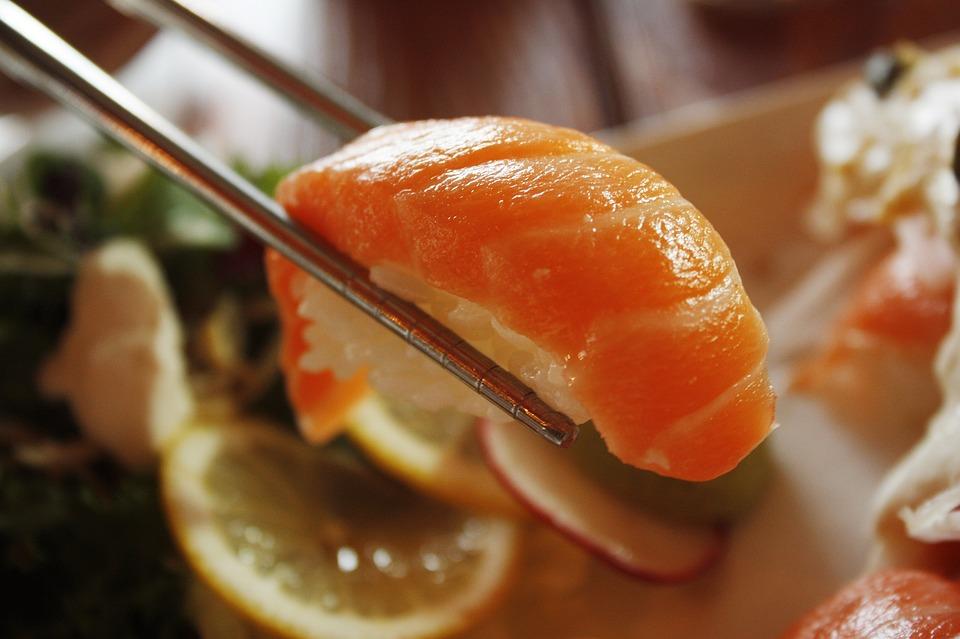 三文魚: 三文魚是高蛋白、低熱量的健康食品。三文魚富含不飽和脂肪酸,常吃還能有效降低膽固醇;維生素D含量也十分豐富;它還含有鈣、鐵、鋅、鎂、磷等礦物質,低脂的同時能保證營養,是補充蛋白質的不錯食物。