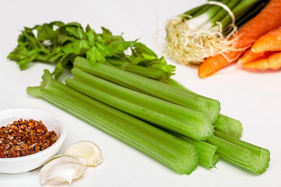 芹菜: 芹菜具有熱量低、含水量高的特點,並且它還含有豐富的膳食纖維,吃芹菜很容易讓人有飽腹感。芹菜中的葉酸、維生素C、維生素K,鉀和胡蘿蔔素含量也較高,營養豐富還能幫助減肥!