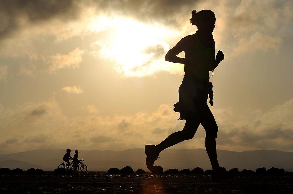 #運動篇 慢跑:慢跑是一項容易堅持而且有效燃脂的有氧運動。慢跑會使得人體的腎上腺素分泌增加,從而促進脂肪的燃燒;還能加速新陳代謝,幫助身體排毒,從而達到減肥的目的。