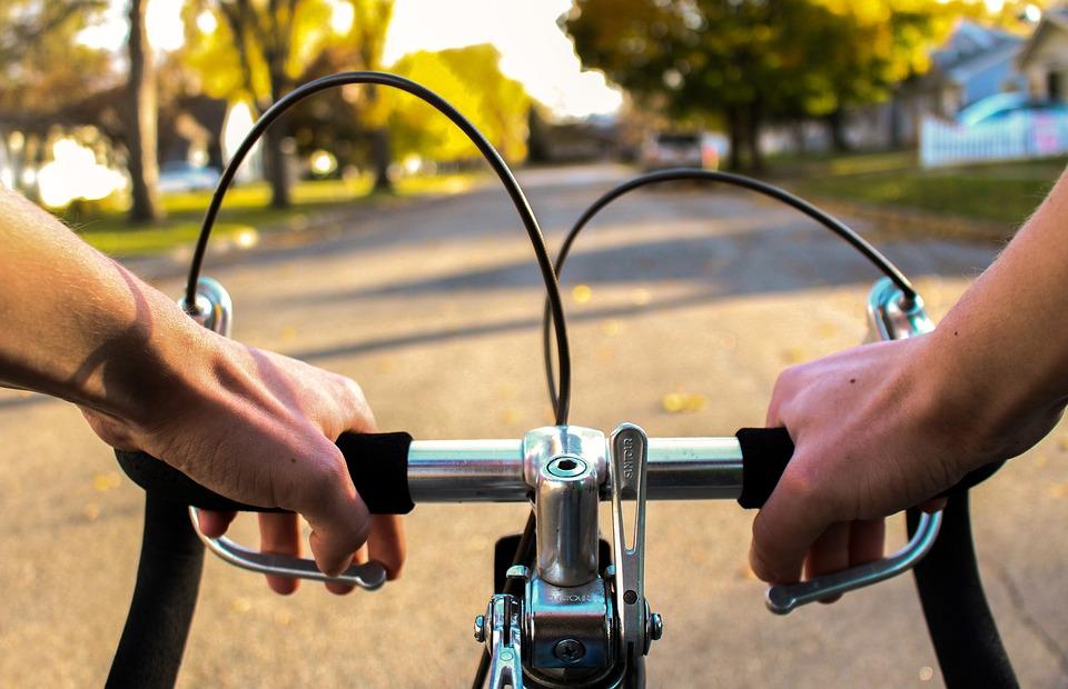 騎自行車: 騎自行車是周期性的有氧運動,可以減肥瘦身,易於消耗體內熱量。特別是當騎車遇到上坡受到阻力時,需要耗費較大力氣,這個時候更能夠燃燒脂肪,排出大量的汗,對排毒和減肥起到良好的效果。