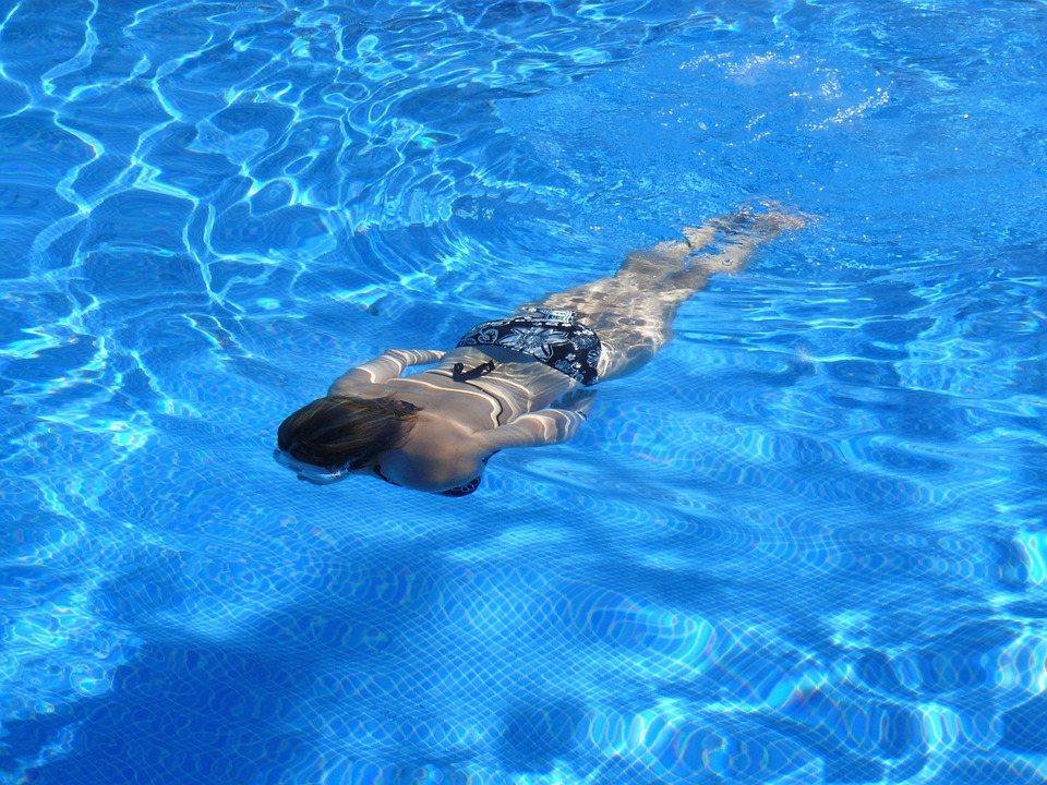 游泳: 游泳是一種全身性運動,它可以帶動全身脂肪燃燒。游泳消耗的能量大,這是因為人在水中活動的阻力比在陸地運動大12倍,在游泳過程中全身肌肉都可以得到很好的鍛煉。
