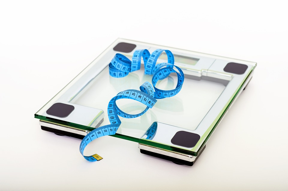 #工具篇 體重秤:定期測量體重,可以針對體重的變化及時做出「調整措施」。跟蹤體重數字,將它的一舉一動通過體重秤牢牢地掌握在自己手裡,這種「心裡有底」的操縱感實際上能提高情緒,增強減重的自信心。