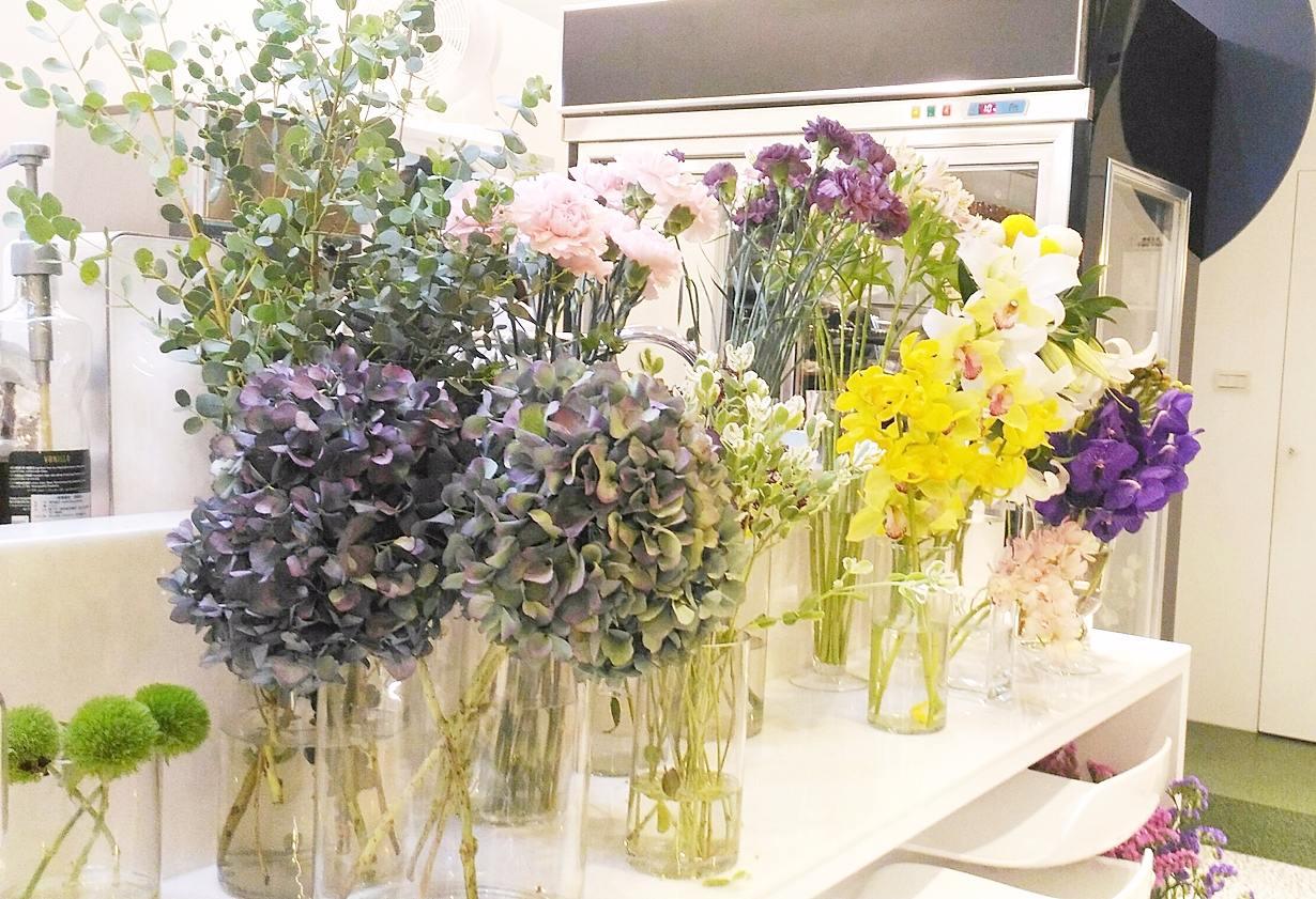 而且因為店家本身就有提供花藝的服務,所以每個角落也都充斥著漂亮清香的花朵