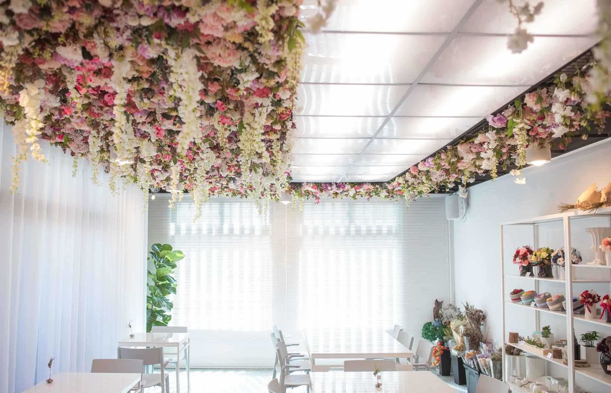 一上到二樓真的很驚訝,滿滿的花朵天空和純白的背景相互輝映,非常浪漫也超級好拍的!