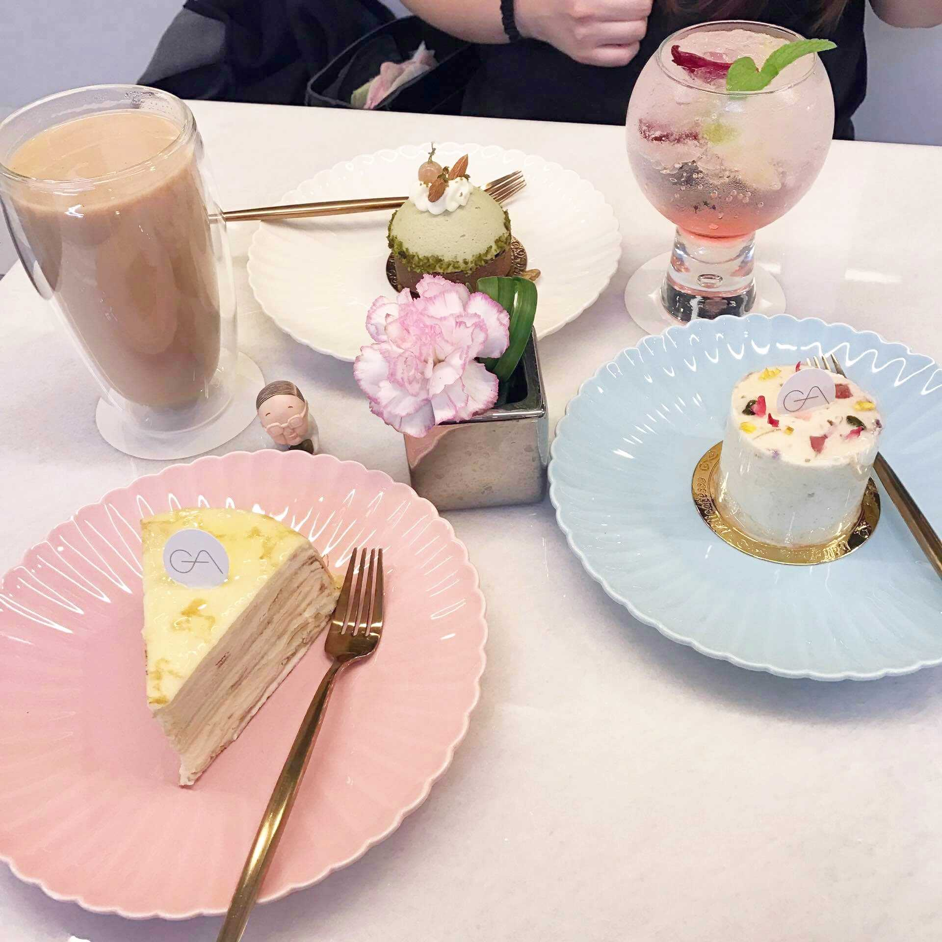 蛋糕部分點了普羅旺斯之花、千層可麗餅和抹茶慕斯塔,飲料則是玫瑰氣泡飲和貴妃奶茶 先說說抹茶慕斯塔,抹茶味中等,吃的時候要搭配下面餅乾底一起吃比較好,飽兒覺得這款普普但朋友蠻喜歡的。