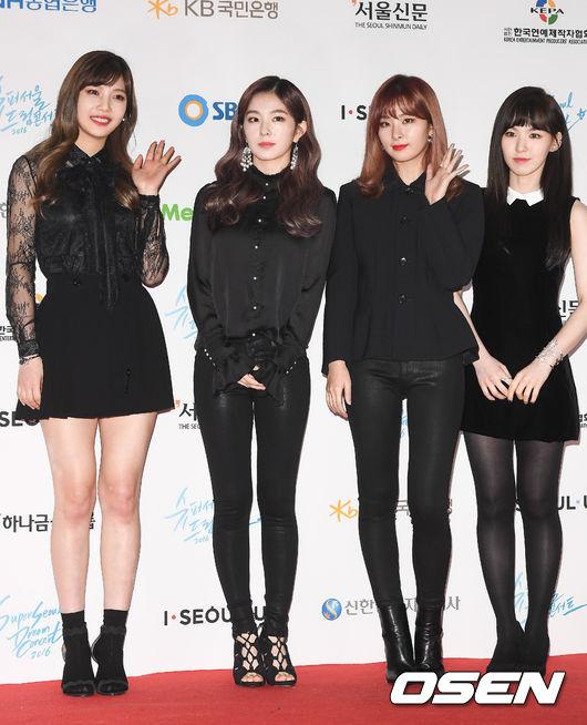 所以在最近的舞台上我們只能遺憾的看到四人組的Red Velvet。 但最近韓國網友發現站Yeri旁邊的Joy每次站在舞台上都會空出Yeri的位置, 所以我們能明顯看到Joy和Irene中間空出的位置。