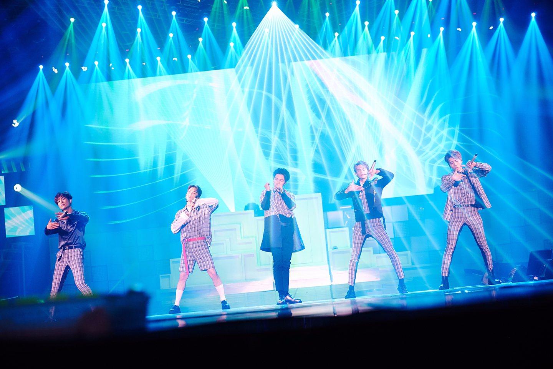 不過也有粉絲開玩笑說以SHINee每回開演唱會,動不動就是3小時以上開全麥唱跳的強度,珉豪就算想抽菸,也會因為發現抽了之後會唱不動而自動戒菸啦!(這算是編舞超難的意外好處嗎XDD)。