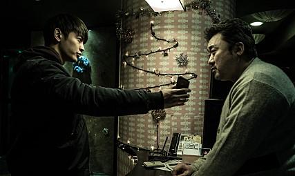 其實珉豪開始接觸菸是因為他即將上映的電影《兩個男人》(두 남자),為了真實呈現劇中角色진일(音譯:真一),不只蹺家、加入幫派,就連菸酒也只是生活中一部份的叛逆角色,珉豪擺脫了大家對於偶像演技的想法,決定更真實的去反映真一的人生